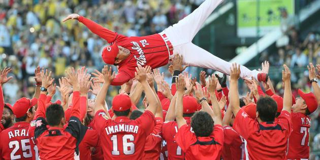 2年連続となるセ・リーグ優勝を決め、胴上げされる広島の緒方監督=18日、甲子園   撮影日:2017年09月18日