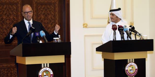 Angelino Alfano y el sheikh Mohammed bin Abdulrahman al-Thani, ministros de Exteriores de Italia y Qatar, respectivamente, explicando el pacto hoy en Doha.