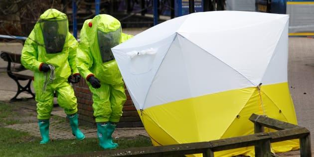 スクリパル氏が意識不明の状態で見つかったショッピングセンターの現場を調べる捜査員。スクリパル氏が娘と座っていたベンチは白と黄色のテントで覆われていた=3月8日、ソールズベリー