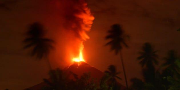 噴火するソプタン山=10月3日、インドネシア・スラウェシ島