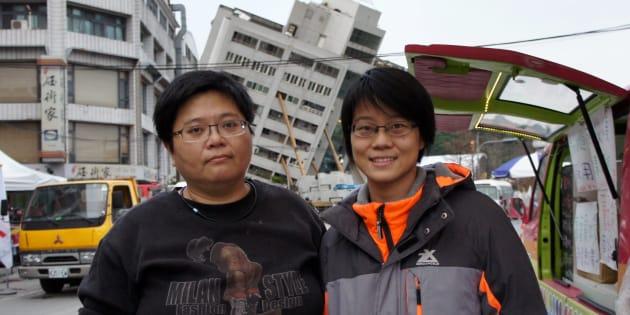 雲翠ビルの近くで温かいジンジャー・ティーを配る陳佳緯さん(左)と謝欣芸さん=2月9日午後5時半ごろ、花蓮市