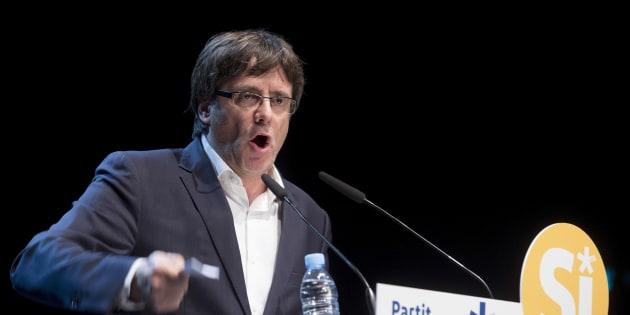 El presidenta de la Generalitat, Carles Puigdemont, en el Teatro Principal de Badalona, durante el acto de ésta noche del PDeCAT en favor de la consulta.