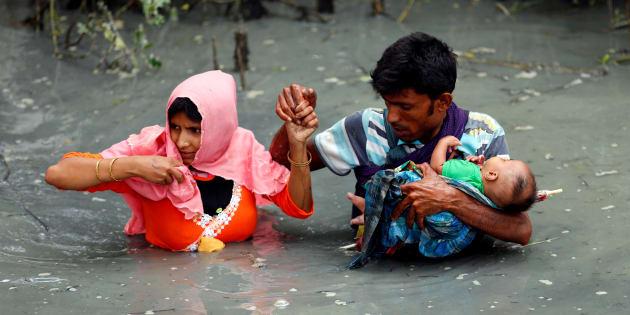 Una pareja de asilados rohingyas y su bebé cruzan el río Naf en Teknaf, Bangladesh.