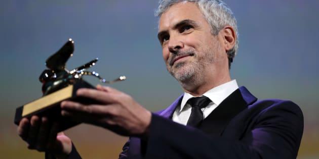 """El cineasta mexicano Alfonso Cuarón sostiene el León de Oro, obtenido en el Festival de Venecia por su película """"Roma""""."""