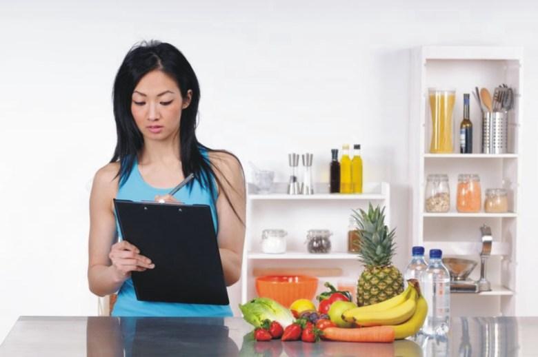 marketing para nutricionistas fazendo anotação