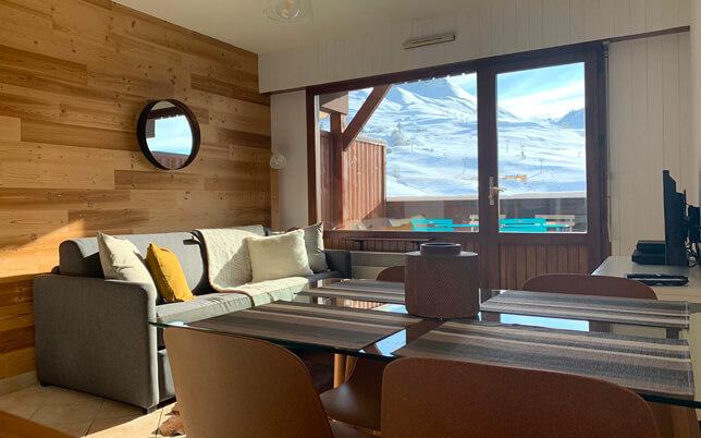 Le salon du kodiac avec vue sur les montagnes et le domaine skiable