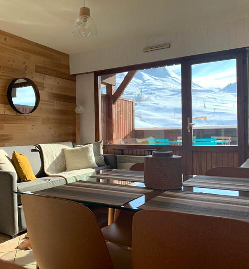La pièce à vivre du kodiac avec vue sur les montagnes et le domaine skiable