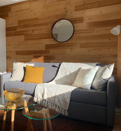 Le canapé-lit fermé dans la pièce à vivre du kodiac avec vue sur les montagnes et le domaine skiable