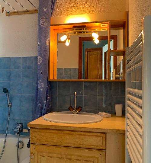 La salle de bain du Kodiac avec baignoire et sèche serviettes électrique