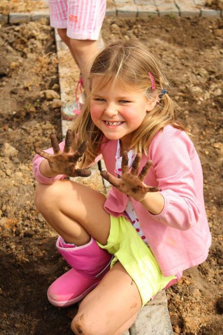 Grade-1-Gardening-Outing (25)