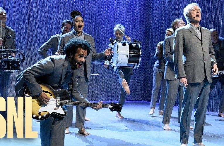 """David Byrne Performs """"Once In A Lifetime"""" Live On Saturday Night Live, SNL"""