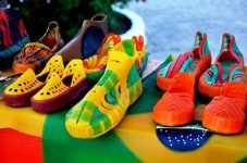 Cerca de 800 pares são comercializados ao ano. O preço para exportação é de R$ 40 e por unidade R$ 70.
