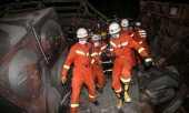 Bombeiros tentam salvar paciente resgatado Foto: STR / AFP