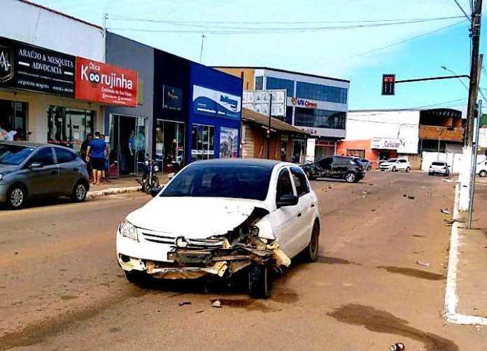 Homem avança sinal vermelho, bate em carro de vereador e atropela mulher em moto causando fratura em perna