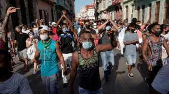 manifestantes-gritam-slogans-contra-o-governo-cubano-durante-protesto-em-havana