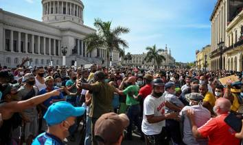 x93856391_People-take-part-in-a-demonstration-against-the-government-of-Cuban-President-Miguel-Di.jpg.pagespeed.ic.mimdhukF-L