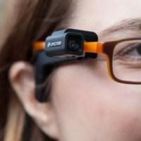Conheça o Orcam MyEye, um dispositivo para ler textos, reconhecer pessoas e muito mais