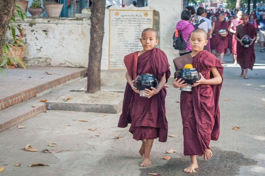 Calugari budisti revenind in camere, dupa ce au primit masa de pranz_Myanmar_oanabotezatu.ro