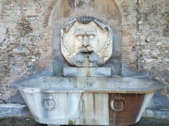 Fântâna de la intrarea în Giardino degli Aranci