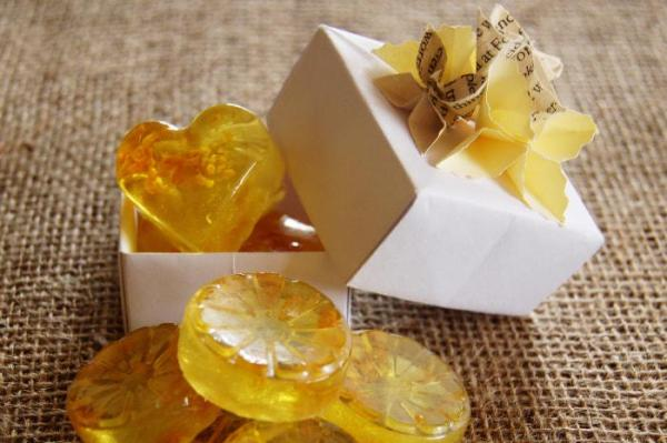 Wedding-Favours-SLS-Free-Glyercin-Soap-Lemon-and-Fragrance-Free-Handmade-Origami-Flowers-Box-Closeup-Oast-House-Gifts
