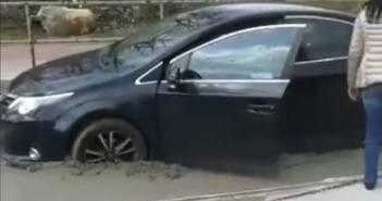 VIDEO | W Sosnowcu kobieta wjechała na świeżo położony asfalt – miała katowickie blachy…