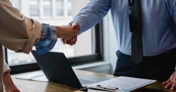 Wzór umowy kupna sprzedaży samochodu – co powinna zawierać umowa?