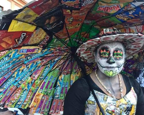 La Señora de Recycling, Toluca, by Betsy McNair