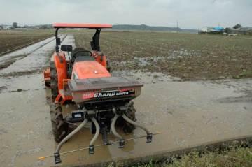 田んぼに水が入って、あちこちでトラクターの音が響いています。