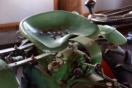 ホルダートラクタ 形式・仕様:12馬力 四輪駆動 車体の中央から折れる(アーキュレートタイプ) 製造社・製造国:ホルダー社 ドイツ 製造年度:1960(昭和35)年 使用経過:畑・酪農の複合経営、飼料の刈取りなど機械を組み入れたくて購入。価格は80万円。 国内の輸入は数台しかなく、貴重品である。