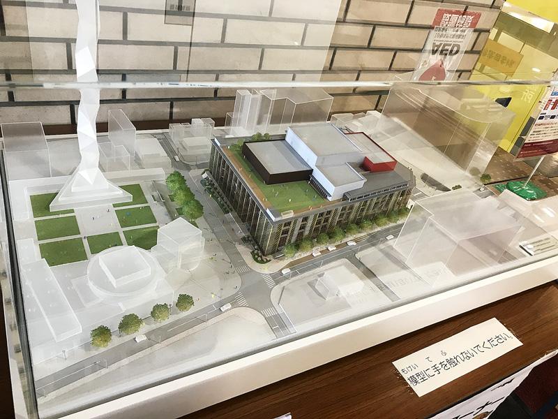 『まさにこういうのが建ちます』という実勢設計の模型です。入口入ってすぐにあったので光が反射して見にくいかも。左が水戸芸術館。中央に市民会館をはさんで右奥が京成百貨店です。