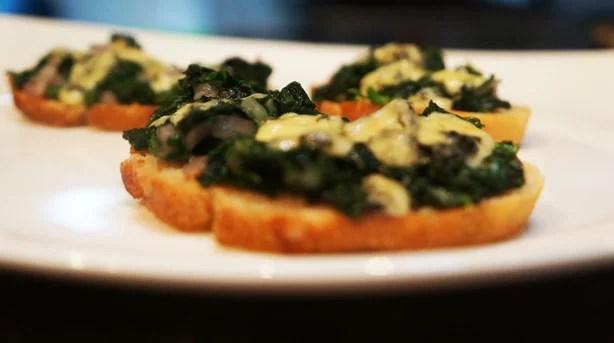 Bruschetta de espinafre e gorgonzola