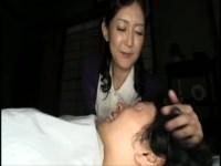 超爆乳な五十路美熟女母が乳離れできない変態息子を授乳手コキ抜きしてあげる近親相姦動画