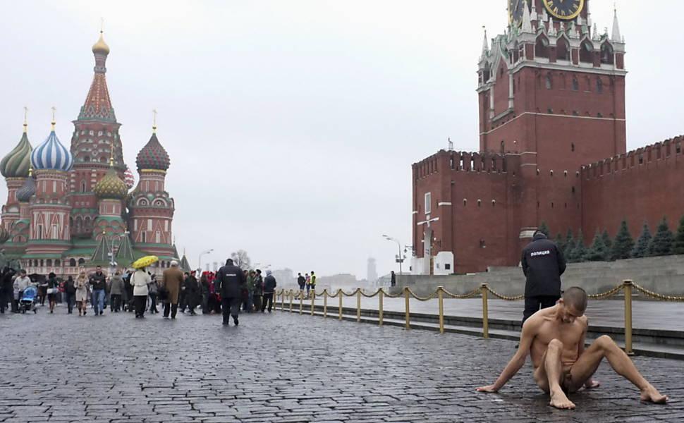 Pintor russo é internado após pregar seus testículos no chão