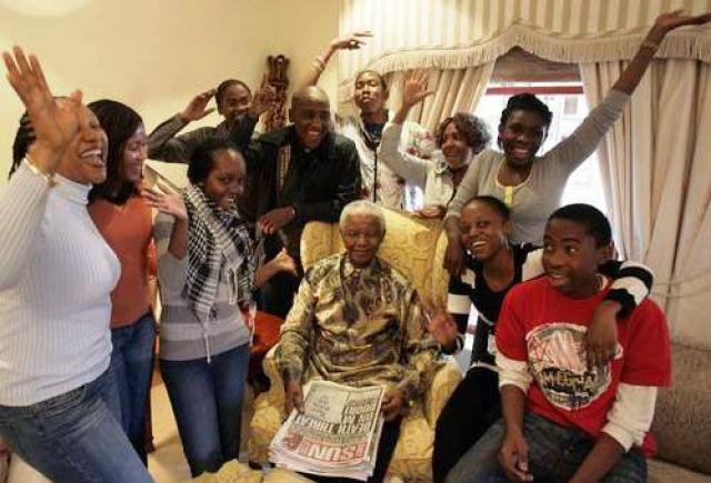 Mandela cercado pelos netos em foto de 2008: sul-africanos já esperam uma 'novela familiar de horror' pela disputa de seu legado.
