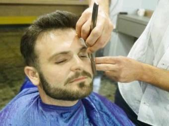O Barbeiro Cristiano Franzener desenha a barba.Felipe Pian