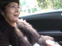 六十路のおしゃれな熟女が旦那と違うセックスに激しく悶える無修正おばさん動画
