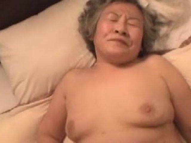 還暦を過ぎたおばさんが久しぶりのセックスをハメ撮りしちゃう無修正おばさん動画