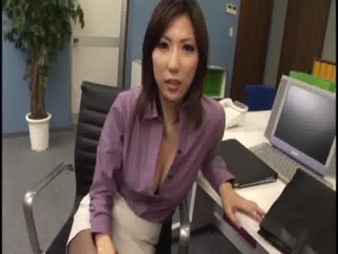 ミスをした部下を痴女攻めする熟女OL!淫語を連発してチンポを弄りまくりザーメンを抜き取ってるおばさん投稿動画