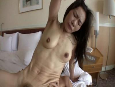 筋肉質な貧乳おばさんがホテルで生セックス
