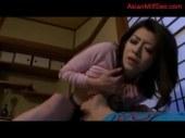 寝てる夫の横で息子に跨りおまんこを弄られ喘ぐ四十路熟女の日活 無料yu-tyubu田舎