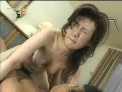 黒髪五十路美熟女が大量顔射されて恍惚の表情を浮かべる