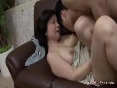 70歳目前の垂れ乳高齢の老女が近親相姦でおめこを嵌められせつくすを楽しむ個人撮影のおばさん無料裏