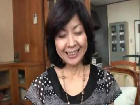 50歳の田舎の未亡人がアダルトビデオに出演して笑顔で濃厚な性交をしておめこに中出しさせてるおばさん無料動画