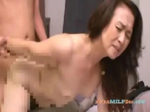 60歳の性欲の強い老女が近親相姦で黒ずんだおめこを嵌めて大量に中出ししてるおばさん無料裏