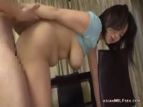 昭和の中高年夫婦が寝室まで我慢できず性生活でおまんこを激しく突いてる日活ロマン無料おばさんの動画