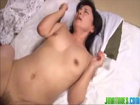 50代の中高年の夫婦が夜の寝室で濃厚な性交をしてるおまんこな日活無料無臭せい動画おばさん掲示板