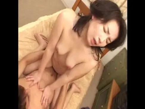 すっぴんの五十路熟女が若者との激しい性交で垂れ乳を揺らして喘いでる日活塾女性雑誌動画50代尾 無料写真