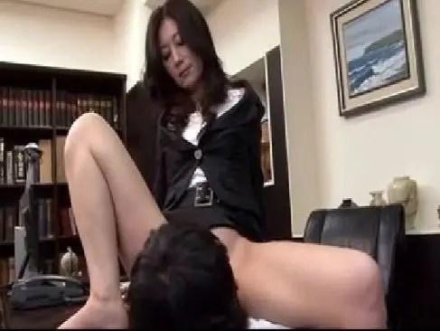 美熟女社長が立場を利用して部下にセクハラしおまんこを舐めさせ喘いでるじュクじょ kiss