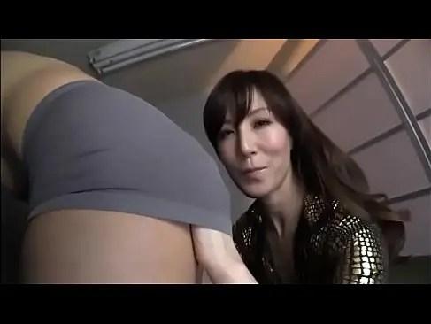 おばさん系セクシー女優の澤村レイコがM男のアナルを舐めながら手コキ攻めするjyukujomania.com