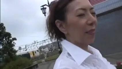 夫婦生活に物足りなさを感じているおばさんがJKコスプレして野外セックスや旅館でハメまくる無修正おばさん動画